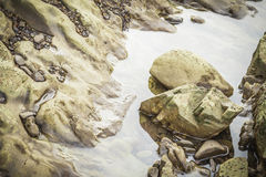 Steine im Fluss bei Suratthani Stockfotos