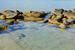 Steine im Indischen Ozean Stockfoto