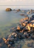 Steine im Meer Lizenzfreie Stockbilder