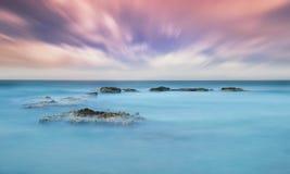 Steine im Meer während des Sonnenuntergangs Lizenzfreies Stockbild