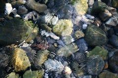 Steine im Meerwasser lizenzfreies stockbild