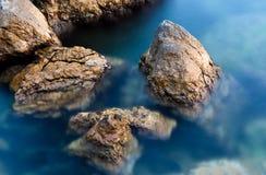 Steine im Nachtmeer Lizenzfreie Stockfotos