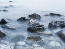 Steine im Nebel Stockfoto