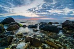 Steine im Ozean Stockbild