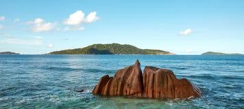 Steine im Ozean Stockfotografie