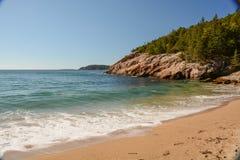 Steine im Ozeanwasser Lizenzfreie Stockfotos
