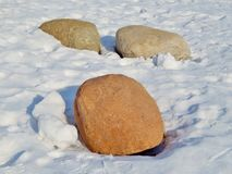 Steine im Schnee Lizenzfreies Stockfoto