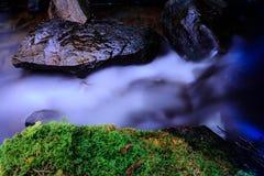 Steine im seidigen Wasser Stockbilder