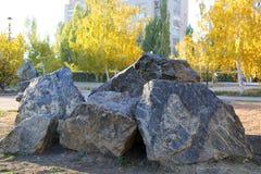 Steine im Stadtpark Stockfotografie