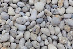 Steine im Strand von Etretat Stockfotos