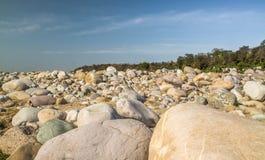 Steine im trockenen Fluss Stockbilder