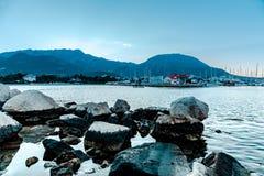 Steine im Wasser lizenzfreies stockfoto