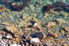 Steine im Wasser lizenzfreie stockbilder