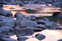 Steine im Wasser Stockfotos