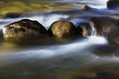 Steine im Wasser stockbilder