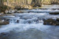 Steine im Wasser stockfotografie