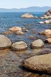 Steine im Wasser bei Lake Tahoe Lizenzfreie Stockfotos