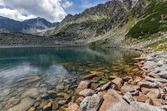Steine im Wasser und in der Reflexion von Musalenski Seen, Rila-Berg Lizenzfreies Stockfoto