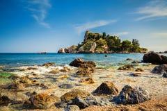 Steine im Wasser vor dem Isola Bella Lizenzfreie Stockfotos