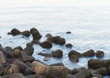 Steine am Marine-Antriebsstrand Mumbai stockbilder