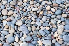 Steine masern auf Strand Stockfotos