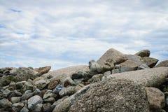 Steine mit Hintergrund des blauen Himmels Stockfotografie