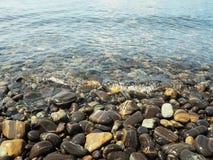 Steine mit Kristallwasser Stockfoto