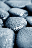 Steine mit waterdrops Stockbild