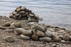 Steine nähern sich Wasser Lizenzfreies Stockfoto