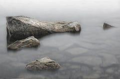 Steine nahe dem Ufer Lizenzfreies Stockfoto