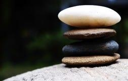 Steine ragen wie Zen auf großem Stein hoch stockfotos