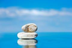 Steine reflektierten sich im Wasser Lizenzfreies Stockfoto