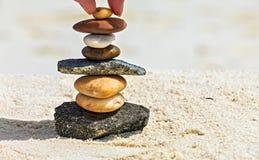 Steine sind auf einem Strand Stockfoto