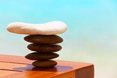 Steine sind auf einer Strandtabelle Lizenzfreies Stockfoto