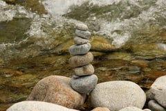 Steine sind im Fokus und im Hintergrund sehen wir das Meer Stockfotografie