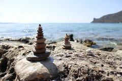 Steine sind im Fokus und im Hintergrund sehen wir das Meer stockfoto