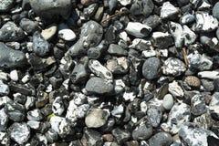 Steine in steiler Bank Lizenzfreie Stockfotografie