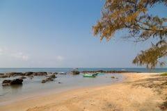 Steine und Fischerboote auf dem Strand von Phu Quoc, Vietnam lizenzfreies stockfoto