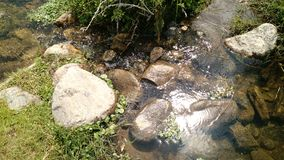 Steine und Fluss lizenzfreies stockbild