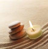 Steine und helle Kerze Lizenzfreie Stockfotos