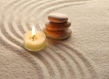 Steine und helle Kerze lizenzfreies stockfoto