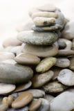 Steine und Kiesel oben angehäuft Lizenzfreie Stockfotos
