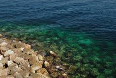 Steine und Meer Stockfotos