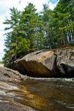 Steine und Nebenfluss Stockbild