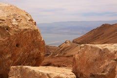 Steine und Totes Meer Stockbild