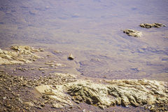 Steine und Wasser taucht in den Fluss bei Suratthani auf Stockfotos