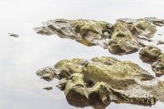 Steine und Wasser taucht in den Fluss bei Suratthani auf Lizenzfreies Stockbild