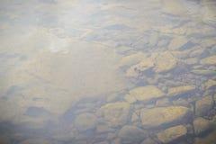 Steine und Wasseroberfläche Lizenzfreie Stockfotos