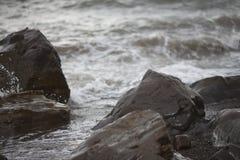 Steine und Wellen im Ozean Lizenzfreie Stockfotos