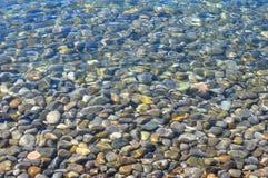 Steine unter dem Meerwasser Lizenzfreie Stockbilder